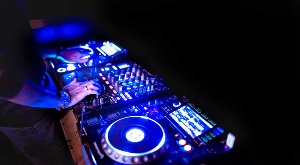 learn to use some common dj equipment in clubs.